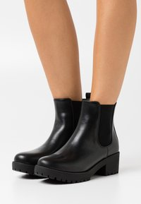 Rubi Shoes by Cotton On Wide Fit - WIDE FIT KENNEDY GUSSET BOOT - Stivaletti con plateau - black - 0