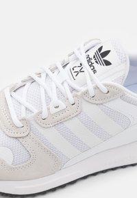 adidas Originals - ZX 700 HD SHOES - Matalavartiset tennarit - footwear white/core black - 5