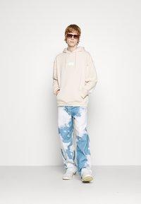 adidas Originals - SILICON HOODY UNISEX - Sweat à capuche - halo ivory - 4