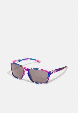 SYLAS UNISEX - Sunglasses - kokoro/prizm black