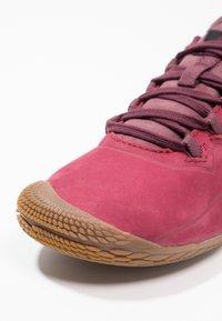 Merrell - VAPOR GLOVE 3 LUNA - Minimalistické běžecké boty - pomegranate - 5
