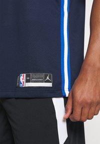 Nike Performance - NBA DALLAS MAVERICKS LUKA DONCIC SWINGMAN  - Article de supporter - college navy/game royal/white - 4