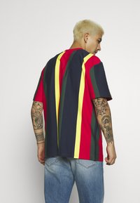 Karl Kani - SIGNATURE STRIPE TEE - Print T-shirt - yellow/navy/green/red - 2