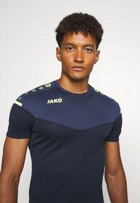 JAKO - CHAMP - Print T-shirt - marine/blue/neongelb - 3