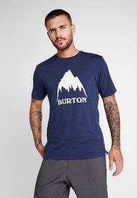 Burton - CLASSIC MOUNTAIN HIGH - Print T-shirt - dress blue - 0