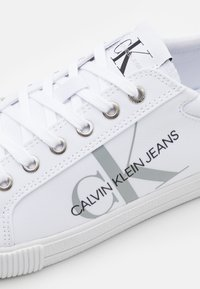 Calvin Klein Jeans - LACEUP - Sneakers basse - bright white - 5