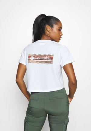 RIVER 1/2 CROP TEE - Camiseta estampada - white