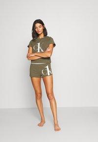 Calvin Klein Underwear - ONE SLEEP PRIDE SET - Pyjama set - muted pine - 1