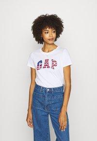 GAP - FLAG TEE - T-shirt z nadrukiem - white - 0