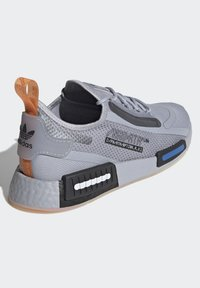 adidas Originals - NMD_R1 SPECTOO UNISEX - Sneakersy niskie - halo silver/core black - 3