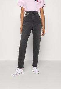 Tommy Jeans - MOM COMFORT - Jean boyfriend - denim black - 0