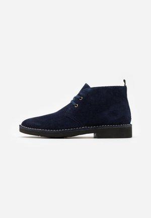 TALAN CHUKKA BOOTS CASUAL - Casual lace-ups - navy