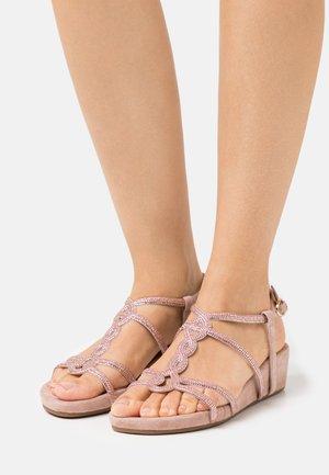 Sandały na koturnie - old pink