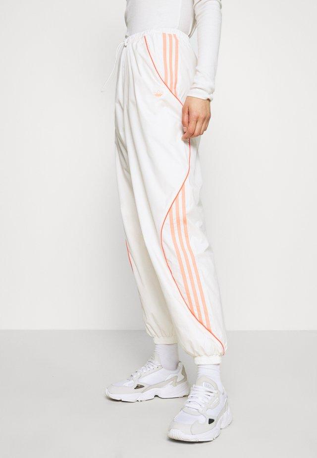 TRACK PANT - Pantaloni sportivi - chalk white