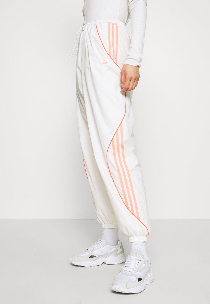 adidas Originals - TRACK PANT - Pantalon de survêtement - chalk white