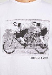 Bruuns Bazaar - LEON SYLVESTER TEE - Triko spotiskem - white - 5