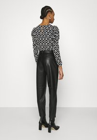 Dorothy Perkins - BELTED TROUSER - Trousers - black - 2