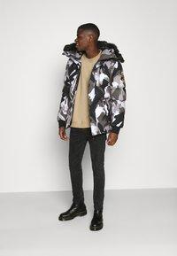 Alessandro Zavetti - OSHAWA PADDED PARKA - Winter coat - camo - 1