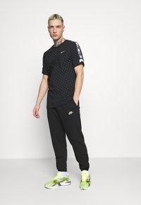 Nike Sportswear - REPEAT TEE - T-shirt med print - black/white - 1