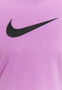 Nike Performance - TEE CREW - T-shirt med print - violet shock/pink foam/black - 2