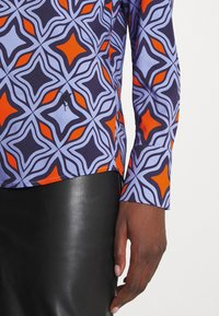 Emily van den Bergh - Button-down blouse - navy/orange