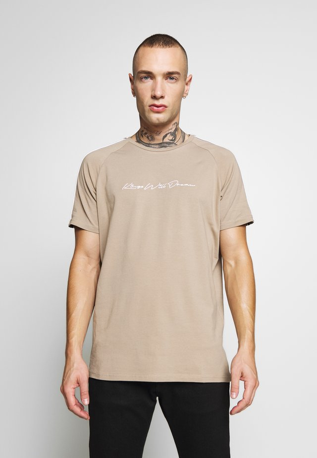 VALDON WITH TAPING - T-shirt z nadrukiem - dark sand