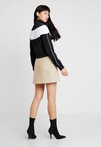 Nike Sportswear - W NSW HRTG TRCK JKT PK - Chaqueta de entrenamiento - black/white - 2