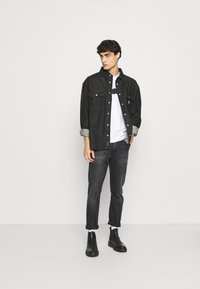 Calvin Klein - BOLD STRIPE LOGO - T-shirt med print - white - 1