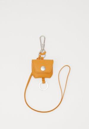 AIRPOD PRO HOLDER - Étui à portable - saffron