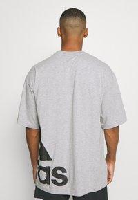 adidas Performance - BOXBOS TEE - Printtipaita - medium grey heather - 2