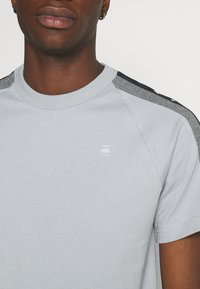 G-Star - SPORT TAPE LOGO + R T S\S - T-shirt print - correct grey - 6