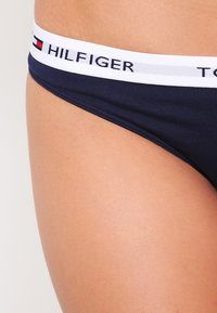 Tommy Hilfiger - THONG ICONIC - Thong - blue - 3