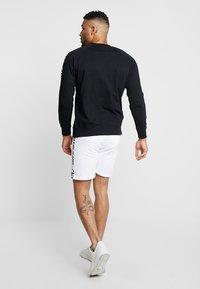 Calvin Klein Jeans - SIDE INSTITUTIONAL - Shorts - white - 2