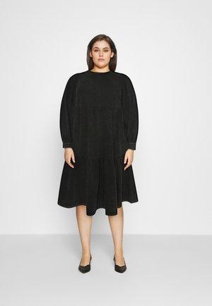 MIDI SMOCK DRESS - Denimové šaty - washed black