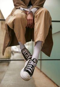 Converse - CHUCK TAYLOR MOVE PLATFORM - Zapatillas - black/white - 2