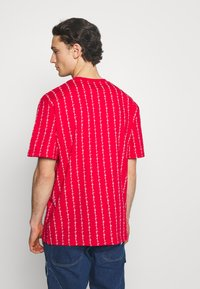 Karl Kani - SIGNATURE LOGO PINSTRIPE TEE - Print T-shirt - red - 2