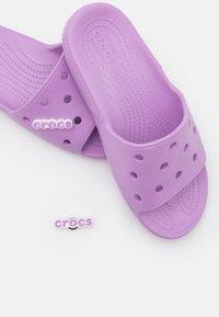 Crocs - CLASSIC SLIDE - Sandály do bazénu - orchid - 5