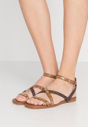 TASHA FLAT  - Sandales - luggage/brown