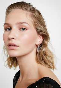 Astrid & Miyu - BASIC LARGE HOOP EARRINGS - Øredobber - silver-coloured - 1