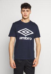 Umbro - LARGE LOGO TEE - Print T-shirt - dark navy - 0