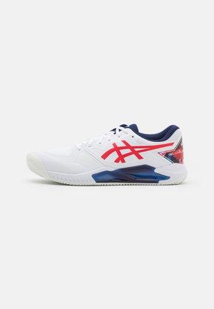 GEL-CHALLENGER 13 CLAY - Zapatillas de tenis para tierra batida - white/classic red
