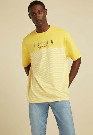 FLAGGENLOGO - T-shirt z nadrukiem - mehrfarbig  gelb