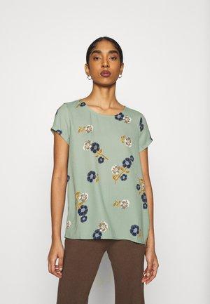 VMFALLIE - T-shirt con stampa - green milieu/newfallie