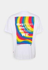 Levi's® - PRIDE VINTAGE FIT GRAPHIC TEE UNISEX - Print T-shirt - white - 6