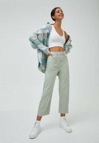 PULL&BEAR - CROPPED - Straight leg jeans - mottled light green - 1