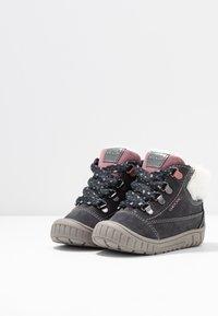 Geox - OMAR GIRL WPF - Lær-at-gå-sko - dark grey - 3