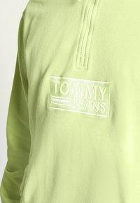 Tommy Jeans - TONAL LOGO ZIP MOCK UNISEX - Felpa - faded lime - 3