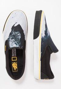 Vans - CLASSIC - Nazouvací boty - black/blue/yellow - 0