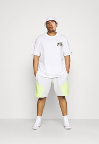 Tommy Jeans Plus - DIAMOND BACK LOGO TEE - Triko s potiskem - white - 1