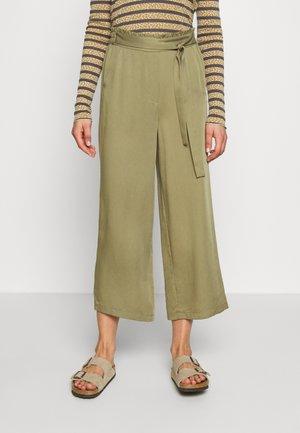 NUARALUEN PANTS - Kalhoty - khaki